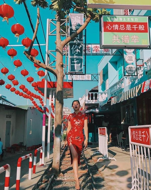 Bước vào cổng, bạn như lạc vào cảnhphim TVB với loạt biển hiệu tiếng Trung Quốc treo khắp nơi. Đường ray xe lửa ở giữa, hai bên là mô hìnhdãy nhà kiểu cũ,tái hiện khung cảnh Hương Cảng thời xưa.