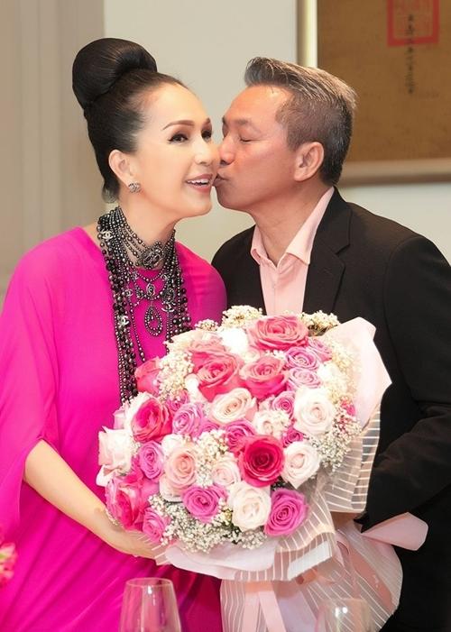 Sau 26 năm bên nhau, vợ chồng nữ diễn viên vẫn mặn nồng, lãng mạn như thuở mới yêu nhau.