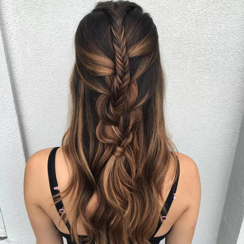 Tóc tết trên tết dưới theo hai kiểu tạo diện mạo khác biệt cho nàng dâu. Phần tóc ở trên được bện kiểu đuôi cá đơn giản. Còn tóc ở dưới cũng được tết độc lập, sau đó mới luồn phần tóc ở trên vào trong, tạo hiệu ứng thị giác.