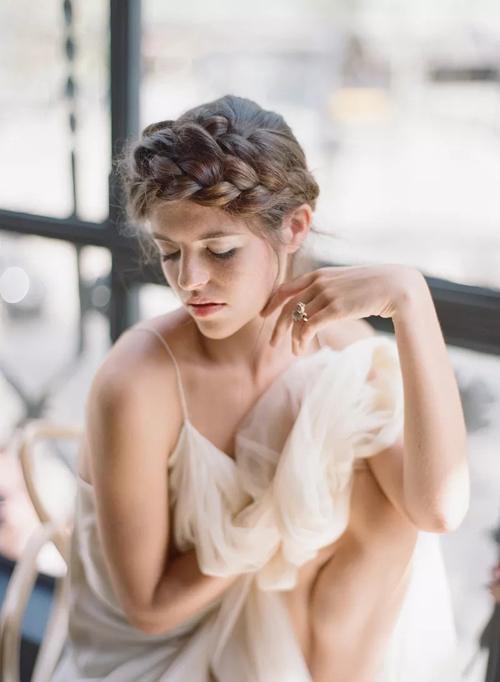 Phần tóc được bện tạo thành vương miện cho cô dâu.