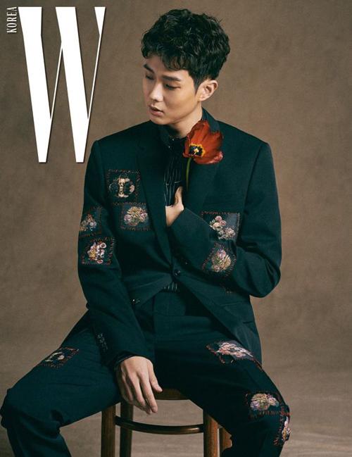 Nhờ gương mặt thư sinh, đôi mắt một mí đáng yêu và lối diễn xuất cuốn hút nên Choi Woo Sik thường xuyên được các tạp chí nổi tiếng chụp ảnh thời trang.