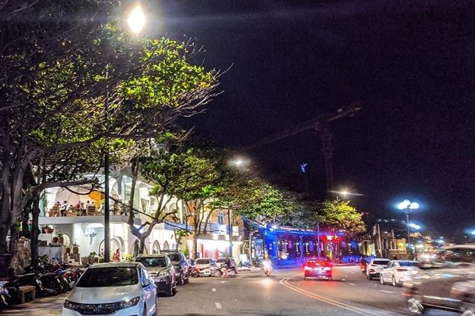 Nằm trên đường Hạ Long,quán cà phê mới mở hút sự quan tâm của nhiều bạn trẻ Vũng Tàu. Đây là một trong những con đường đẹp nhất thành phố biển với một bên uốn quanh chân núi Nhỏ, một bên vỉa hè lát đá cho du khách tản bộ sát bờ biển.