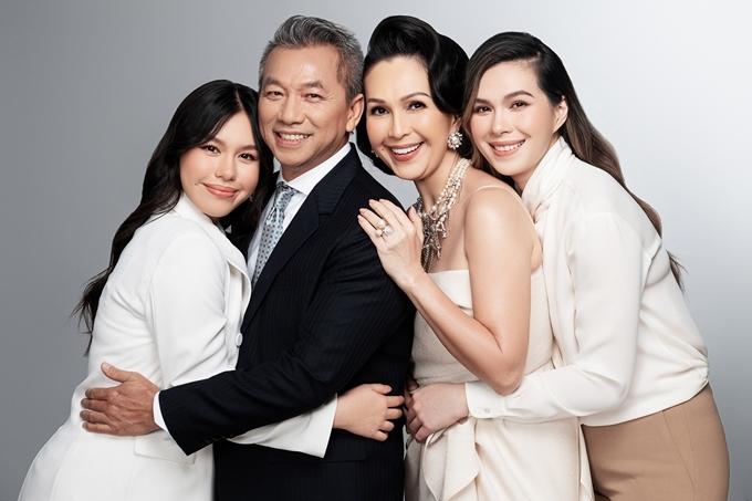 Hai con gái Thùy My (phải) và Quế My thừa hưởng nét đẹp từ bố lẫn mẹ.