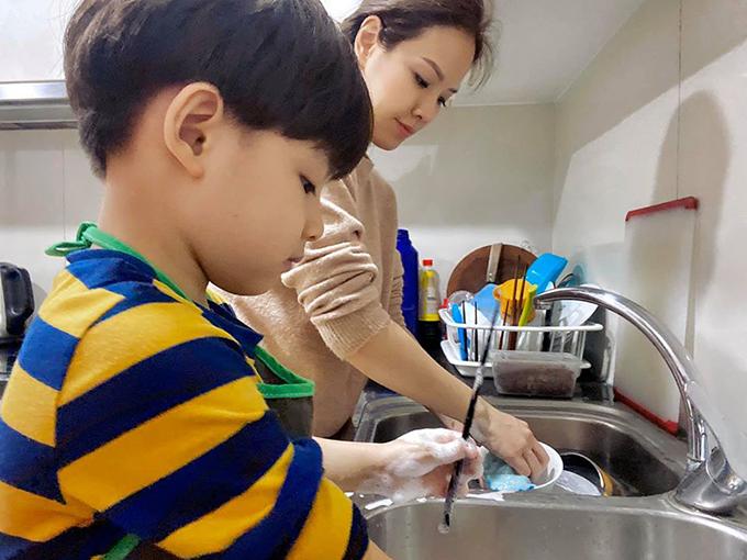 Khải Minh - Khải Nguyên rất hào hứng khi được phụ giúp mẹ công việc nhà. Đan Lê hóm hỉnh gọi hai con là hai cái máy rửa bát và gấp quần áo chạy bằng cơm của nhà mình.
