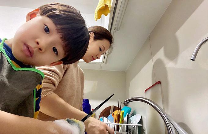Từ khi mới vài ba tuổi, Khải Minh và Khải Nguyên đã được mẹ dạy làm những việc đơn giản như nhặt rau, dọn bàn ăn... Sau mỗi lần bày rổ rá ra sàn để nhặt rau, Khải Nguyên thường dọn dẹp rất sạch sẽ, gọn gàng để được mẹ tiếp tục trọng dụng.