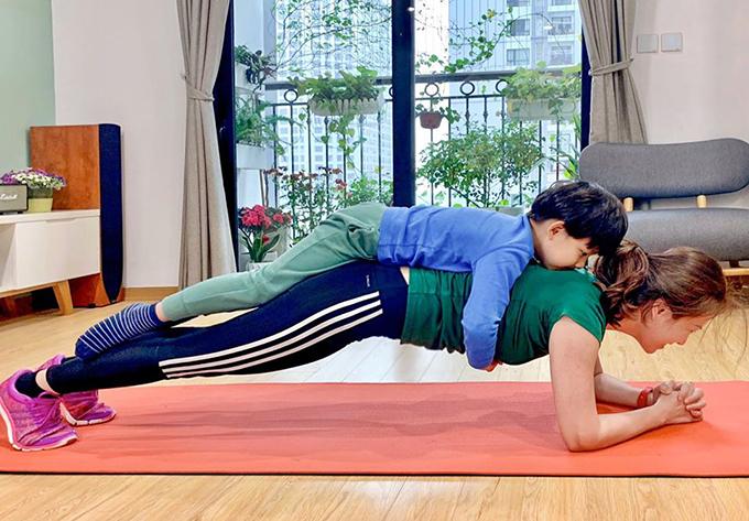 Trong những ngày không phải đi học, Khải Nguyên trở thành quả tạ cho mẹ tập thể dục thêm hiệu quả.