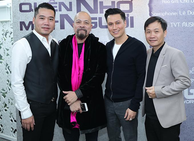 NTK Đức Hùng và diễn viên Việt Anh vui vẻ chụp ảnh kỷ niệm cùng Tuấn Hiệp và Nguyễn Quang Long - tác giả ca khúc Quên nhớ một người.