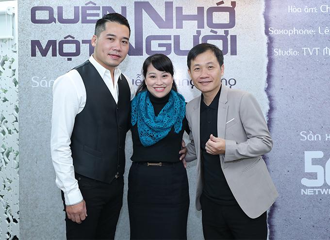 Nghệ sĩ hát xẩm Mai Tuyết Hoa đang ốm cũng có mặt để ủng hộ nam ca sĩ và tác giả. Họchơi trong nhóm gìn giữ văn hóa xẩm, cùng nhau đi lưu diễn nhiều nơi trên thế giới từ nhiều năm nay.