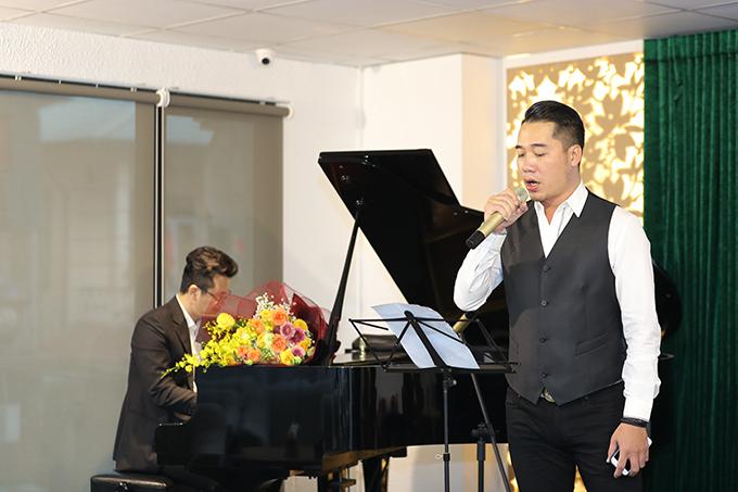 Tuấn Hiệp thể hiện ca khúc Quên nhớ một người theo phong cách acoustic.