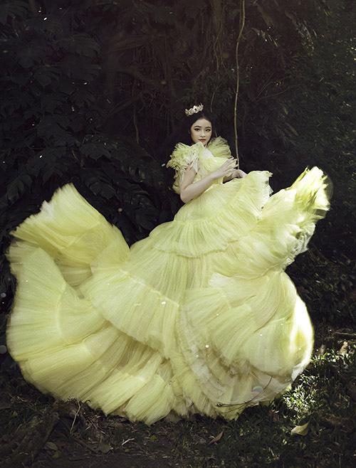 [Caption NTK Nguyễn Minh Công đã mời người mẫu nhí Nguyễn Lâm Bảo Hà làm nàng thơ cho dự án khởi động năm 2020 của mình. Cô bé diện những chiếc váy lộng lẫy nhất của bộ sưu tập mới Fairy Garden.