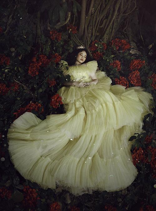 Bảo Hà xinh đẹp lộng lẫy khi diện trang phục bồng bềnh, diễn xuất như đang say ngủ giữa rừng.