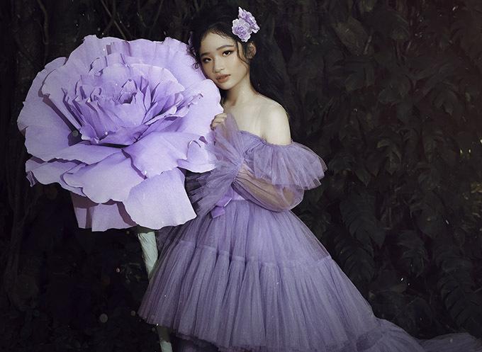 Gam màu tím nhạt mơ mộng nhấn mạnh vẻ nữ tính, dịu dàng của cô bé tuổi teen.