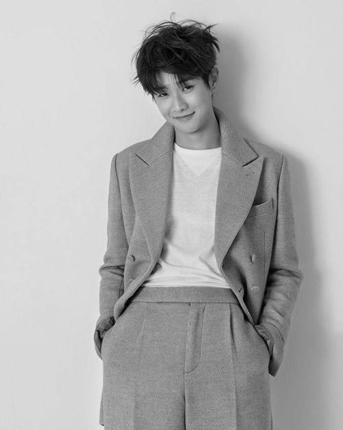 Phong cách thời trang trên tạp chí của Choi Wook Sik phù hợp với các bạn nam có dáng cao, thân hình mảnh dẻ và thích thể hiện vẻ đẹp lãng tử trước người đối diện.