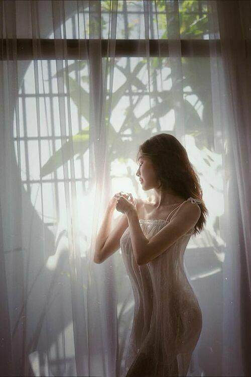 Elly Trần triết lý về tình yêu: Mãi mãi trên đời tình yêu là chuyện khó nhằn và những người yêu nhau cũng là những người cam tâm tình nguyện làm khổ cho nhau suốt một chặng đường chung.