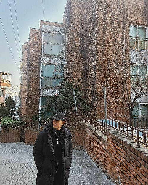 Ông Cao Thắng tạo dáng ngầu qua ống kính của bà xã Đông Nhi khi du lịch Hàn Quốc.