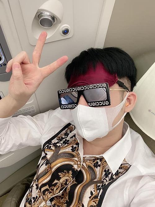 Ca sĩ Quang Hà che chắc kín mít khi ngồi trên máy bay sang Mỹ lưu diễn dài ngày.