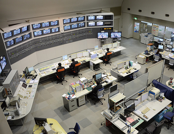 Các nhân viên tại Văn phòng Điều hành Trung tâm giám sát việc vận hành đoàn tàu để có những điều chỉnh khi cần. Ảnh: Japangov.