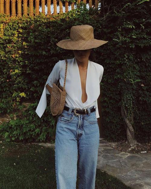 Khi đi du lịch, nghỉ dưỡng, quần jeans lại được sử dụng cùng các kiểu áo cut-out mang lại sự tự do và phóng khoáng.