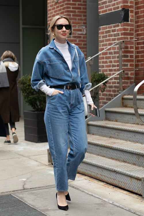 Jumpsuit jeans được sử dụng từ đông sang hè, với tiết trời khác nhau phái đẹp lại có những cách phối trang phục đi kèm để tạo nên set đồ hợp mùa.