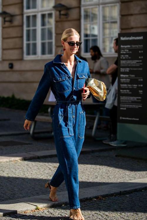 Trang phục áo liền quần trên chất liệu vải jeans rất dễ phối phụ kiện. Giày cao gót, giày thể thao, sandal đều có thể mix cùng kiểu jumpsuit này.