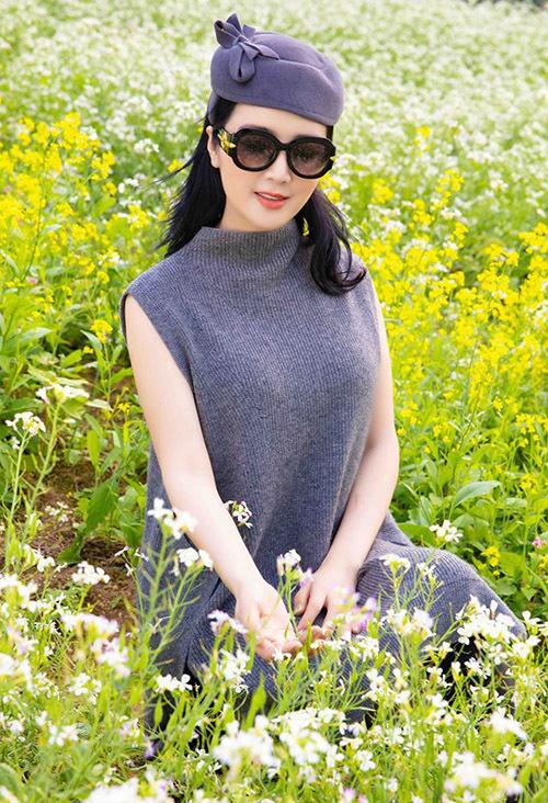 Hoa hậu đền Hùng mê mẩn vẻ đẹp đơn sơ, dân dã của hoa lộc vừng.