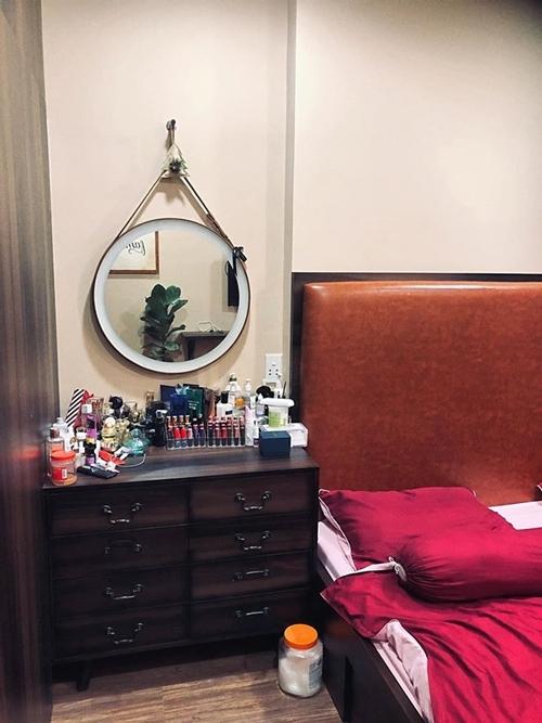 Bàn trang điểm của Quỳnh Trâm chỉ gồm một tủ đầu giường và chiếc gương tròn treo tường.