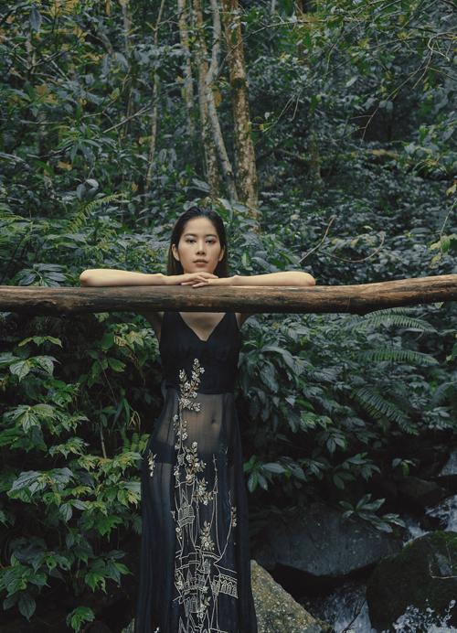 Những mẫu váy dạ hội thiết kế trên chất liệu vải xuyên thấu, vái lưới bay bổng được Nam Em lựa chọn khi chụp ảnh trong rừng, bên suối, ven hồ...