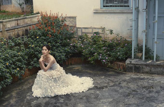 Bộ ảnh được thực hiện với sự hỗ trợ của nhiếp ảnh Lee Anh, stylist Truong An, trang điểm Nguyen Quynh - Ngo Gia Buu, assistant Huy Hoang, trang phục Ho Hoang Ca Dao - Ho Pham Anh Trung - Dao Nhat Minh.