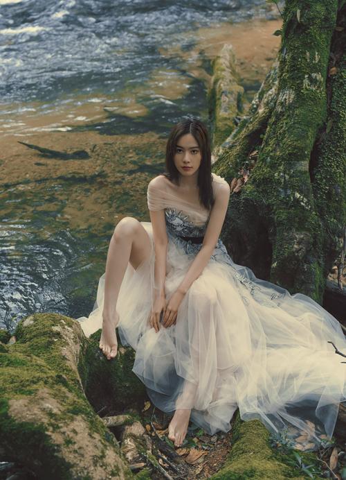 Người đẹp không ngại di chuyển trong đường rừng, để tìm những góc chụp ưng ý và mang tới sức hút cho bộ ảnh mang thông điệp nhân văn.