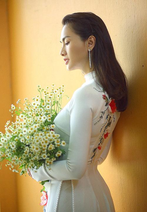 Anh tâm sự: Tinh thần và sự chuyên nghiệp mà diễn viên Anh Thư thể hiện trong bộ ảnh khiến tôi phải trầm trồ. Chính cô ấy là người truyền cho tôi thêm động lực để theo đuổi niềm đam mê thiết kế áo dài, tôn lên hình ảnh người phụ nữ Việt.