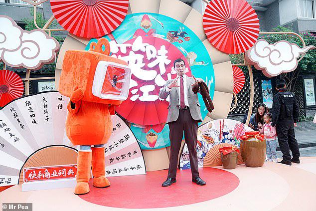 Nigel Dixon đóng giả Mr Bean diễn hài trên đường phố Trung Quốc.