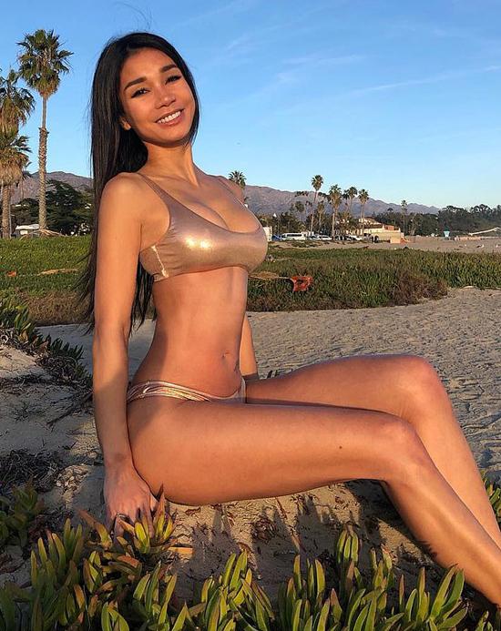 Thân hình nóng bỏng của Joleen khiến nhiều người ngưỡng mộ.