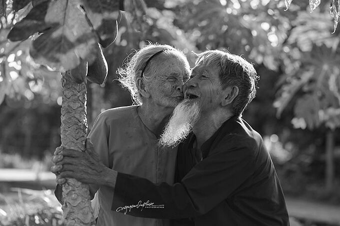 Nhiếp ảnh gia Nguyễn Vũ Phước chia sẻ rằng anh hiếm thấy một cặp vợ chồng nào hạnh phúc đến vậy. Ngay cả khi đã già, họ vẫn dành cho nhau những cử chỉ, sự chăm sóc và cùng vượt qua mọi khó khăn trong cuộc sống.