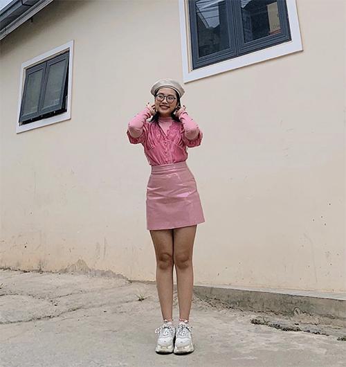 Một trong những thói quen mix đồ của Phương Mỹ Chi là chọn các mẫu váy áo hài hoà về sắc màu.