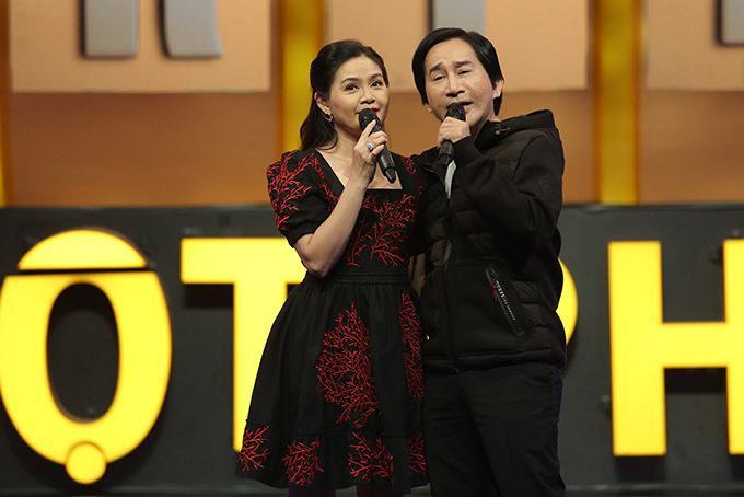 Vợ chồng Kim Tử Long ngẫu hứng thể hiện một ca khúc trong chương trình.