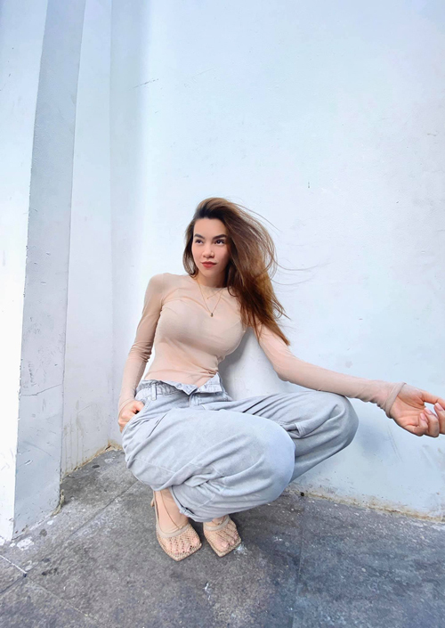 Ca sĩ Vẻ đẹp 4.0 thẻ hiện nét gợi cảm và khỏe khoắn và mang tới nét mới mẻ cho phong cách thời trang dạo phố.