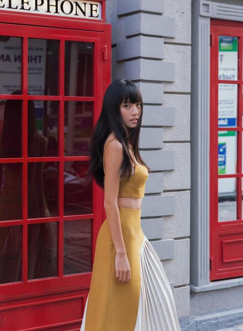 Thanh Vy vừa duyên dáng vừa sexy khi chọn crop-top đồng điệu sắc màu cùng chân váy phối vạt xéo dập ly.
