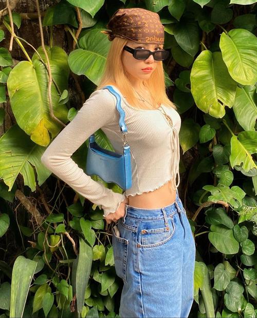 Mix đồ khoe eo thon và giúp mình năng động hơn được nhiều sao Việt ưa chuộng trong tuần qua. Thiều Bảo Trâm chọn áo hở eo để phối cùng jeans.