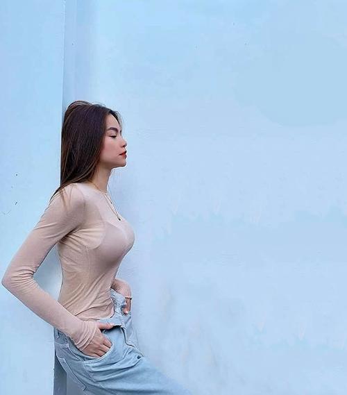 Mẫu áo siêu mỏng, khoe triệt để đường cong của Hồ Ngọc Hà được nhiều fan thả tim và tìm hiểu thông tin về thương hiệu, giá cả để mua về chưng diện.