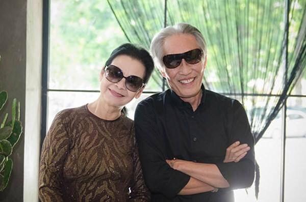 Ca sĩ Khánh Ly và ông xã Hoàng Đoan trong một lần về Việt Nam năm 2014.