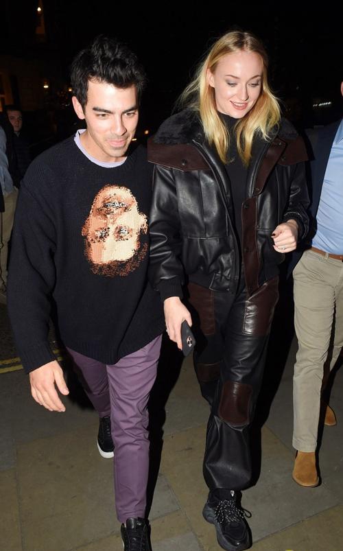 Sophie mặc đồ rộng rãi và kín đáo ở London ngày 4/2.