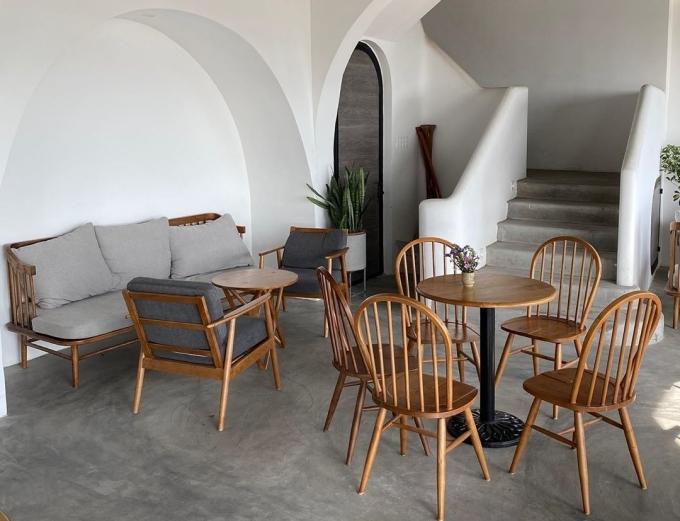 Không gian bên trong khá rộng, thoáng. Toàn bộ tường sơn trắng, bàn ghế gỗ thiết kế theo phong cách đơn giản, làmnhiều người liên tưởng đến những ngôi nhà ở đảo thiên đường Santorini (Hy Lạp). Ảnh benlam112