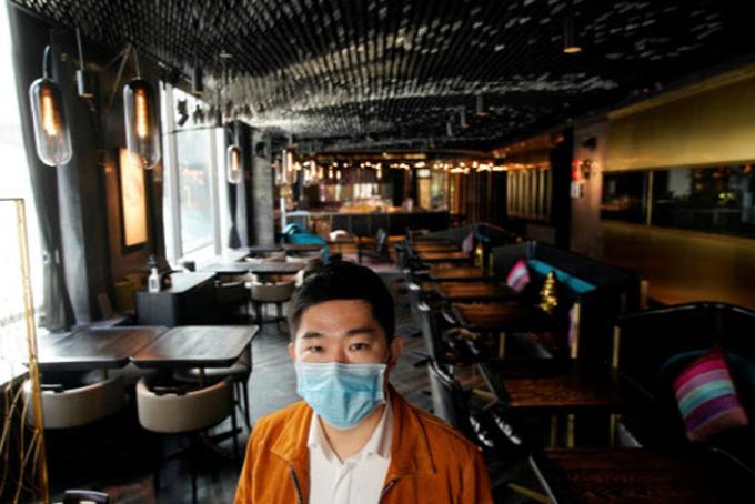 Bill Hu, chủ Seul&SEUL đứng giữa nhà hàng không một bóng khách. Ảnh: Reuters.