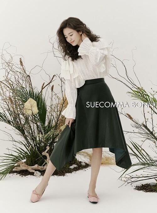 Trang phục, giày dép giúp tôn lên sự nữ tính của ngôi sao Hàn. Song Hye Kyo hiện là gương mặt đại diện của nhiều thương hiệu lớn trong nước và quốc tế.