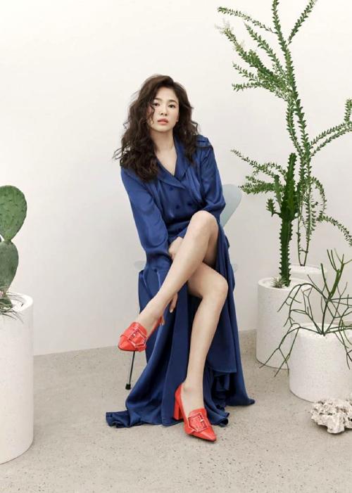 Song Hye Kyo xuất hiện trong loạt ảnh, video quảng cáo của một thương hiệu giày dép. Nữ diễn viên làm mới mình với tóc xù điệu đà. Trang phục, giày dép Song Hye Kyo sử dụng lấy cảm hứng từ hơi thở mùa xuân Cuba, vì thế bộ sưu tập mang tên CUBA LIBRE.