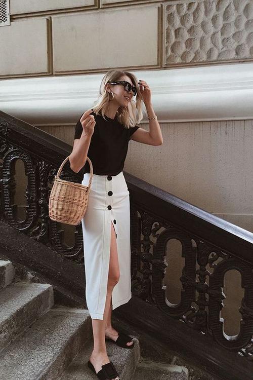Ngoài các kiểu chân váy mang đậm dấu ấn của phong cách vintage, váy cài nút còn được thể hiện trên các kiểu bút chì, váy xẻ gợi cảm.