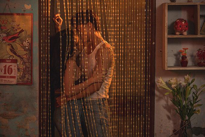Trong teaser hơn 20 giây, Trương Quỳnh Anh hé lộ cảnh một đôi nam nữ hôn nhau cuồng nhiệt sau tấm rèm cửa. Nữ ca sĩ giữ bí mật về hai nhân vật này để gây bất ngờ cho khán giả khi MV ra mắt.