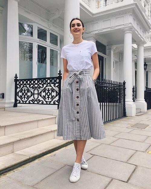Những cô nàng thích sự đơn giản và không quá cầu kỳ trong cách mix-match có thể sử dụng các mẫu áo thun basic cùng chân váy cài nút.