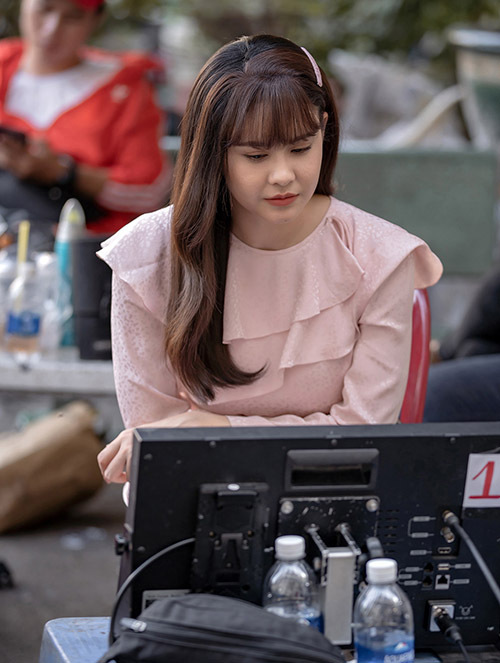 Trương Quỳnh Anh xem lại diễn xuất của cô. Người đẹp luôn chỉn chu, kỹ lưỡng trong mọi việc để đảm bảo tạo nên sản phẩm chất lượng, làm hài lòng khán giả.