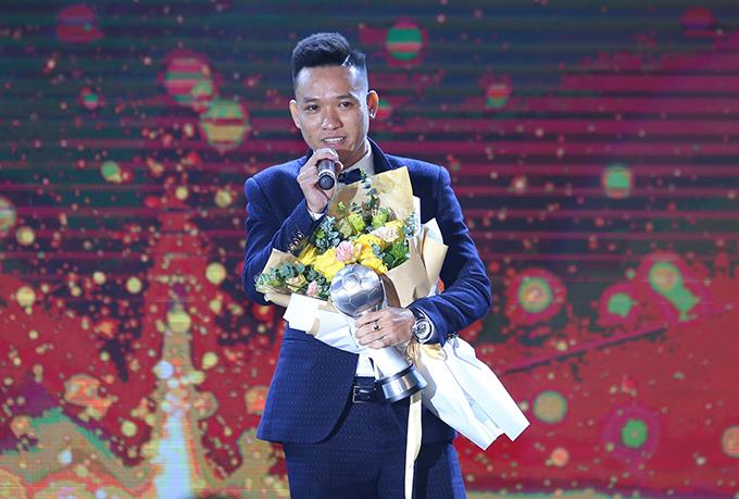 Trần Văn Vũ khi nhận danh hiệu Cầu thủ futsal xuất sắc tại gala AFF Awards 2019. Ảnh: Đương Phạm.